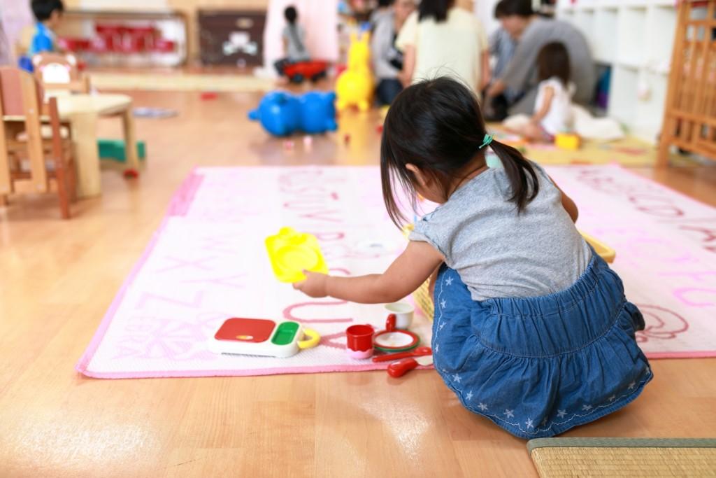 3歲女兒「遭同學排擠」母怒質問!老師冷回「穿那樣誰敢跟她玩」