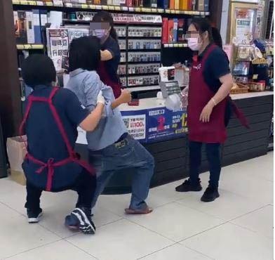 影/請支援「輸贏」!婦人口罩亂戴闖全聯 店員「架手肉搏」:等警察來