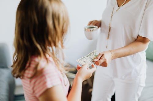 14歲女兒零用錢「每月只發100元」 網罵「會窮死」美女主播:不用比較