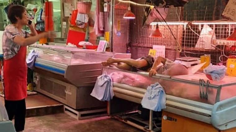 阿公從天而降「插入冷凍櫃」 肉舖店員嚇傻「繼續賣」