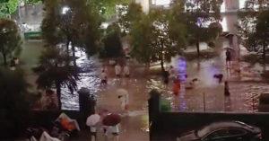 連日暴雨學校變水池 學生「開心互潑」校方急制止:是糞水!