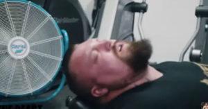 影/世界最壯男人「腿推1000公斤」失去意識 自嘲很不健康
