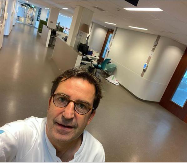 荷蘭醫師曬「新冠病房照」超開心!自拍「一片空蕩蕩」:群體免疫快實現了