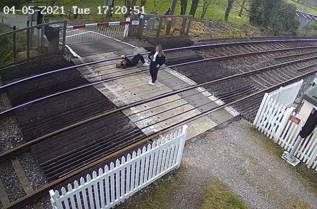 防疫期間流行起「躺鐵軌玩手機」!鐵路局苦勸:別再害列車「出軌」