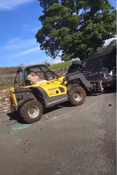 影/車主故意擋出入口!農夫怒開曳引機「鏟飛整台車」帥氣離去