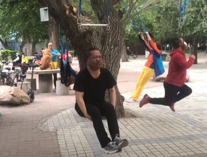 影/阿伯創「吊頸健身」運動爆紅!大樹上驚見掛滿「吊頸大媽」