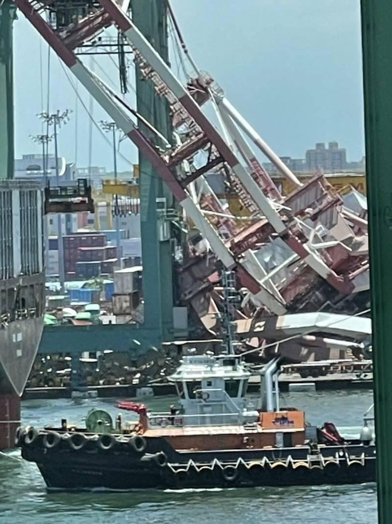 影/現場如災難片! 貨櫃輪「撞高雄港」起重機倒塌 工人嚇壞急逃