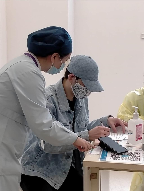 蕭敬騰已施打疫苗!醫護興奮脫口罩合照