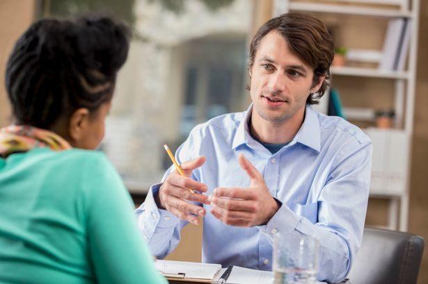 怎揭穿「對方在說謊」?肢體語言專家:注意說話時「手部形狀」
