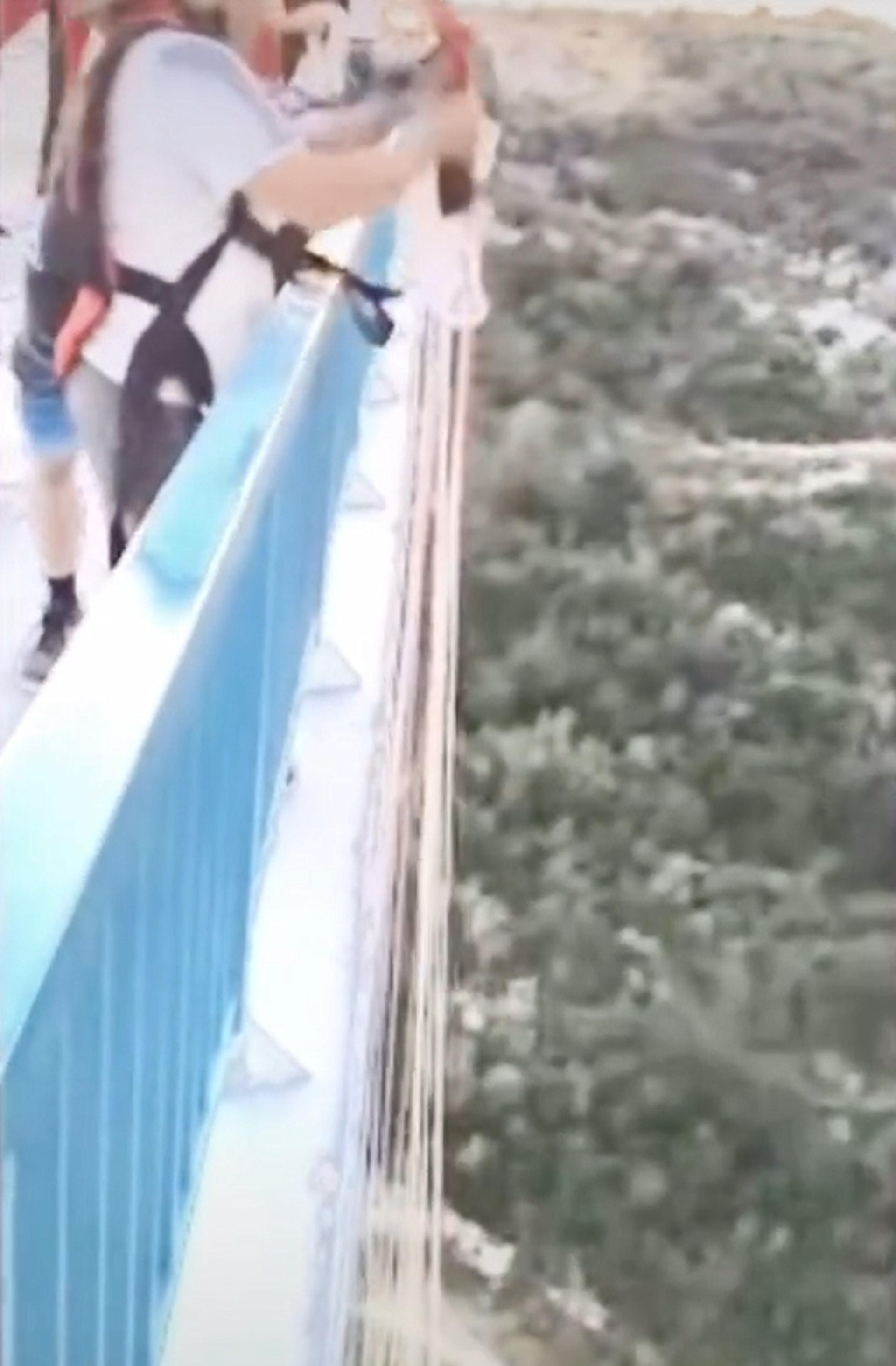 影/跳傘男準備往下跳「路人大罵」救一命!差點粉身碎骨