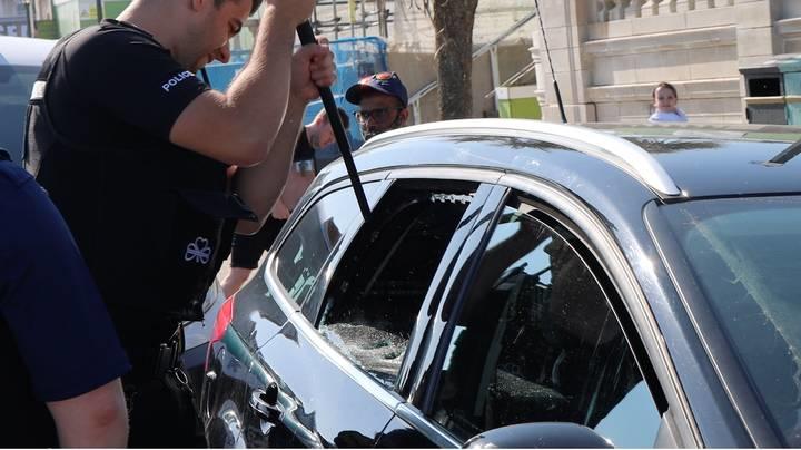 警察破窗救狗反被骂