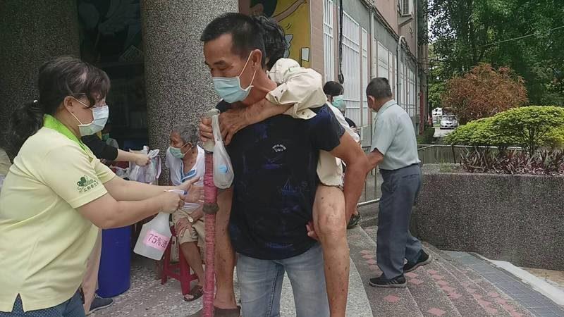 孝兒背母打疫苗