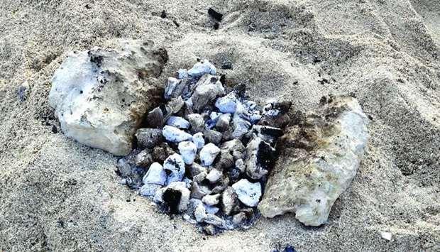 男童沙灘玩耍「突然踩到超燙物」!腳被燙到「像蠟剝落」:它就埋在沙下
