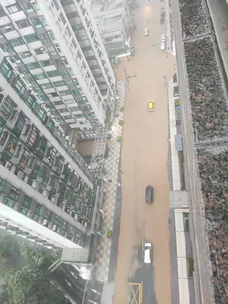 信義區「馬路變黃河」!水淹進店家...民眾驚:別再過來了