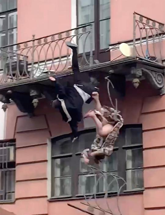 影/情侶「陽台大戰」太激烈!高空墜樓路人嚇傻