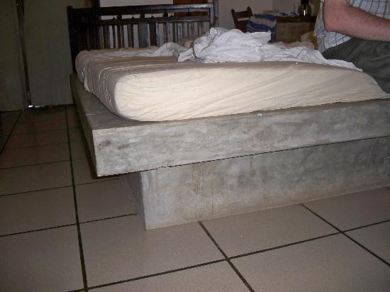新婚夫妻「6個月戰壞3張床」 婆婆急訂「水泥床」