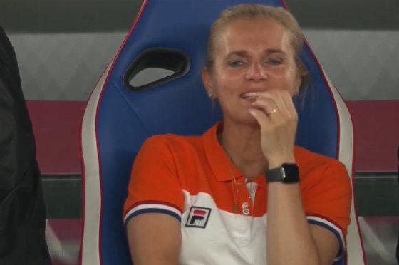 荷蘭女足教練遮臉笑