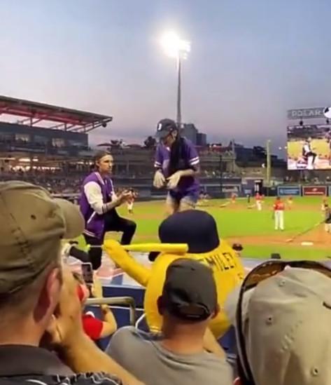 棒球場求婚
