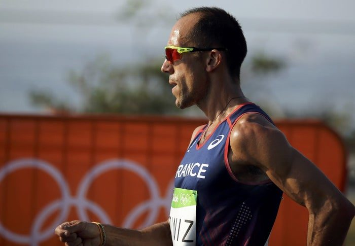 奧運選手比賽拉在褲子上